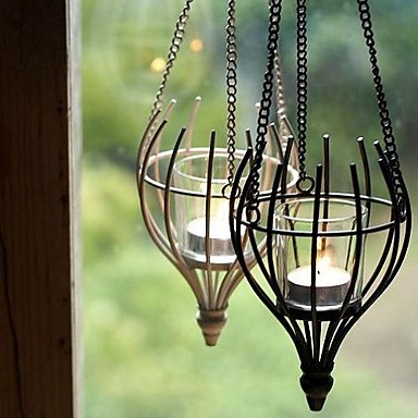 свечи в красивом кашпо подвешены держателе