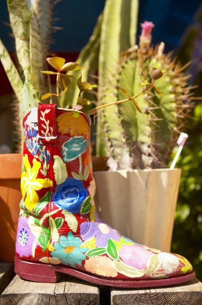 разукрашенный ковбойский сапог - горшок для цветов на даче