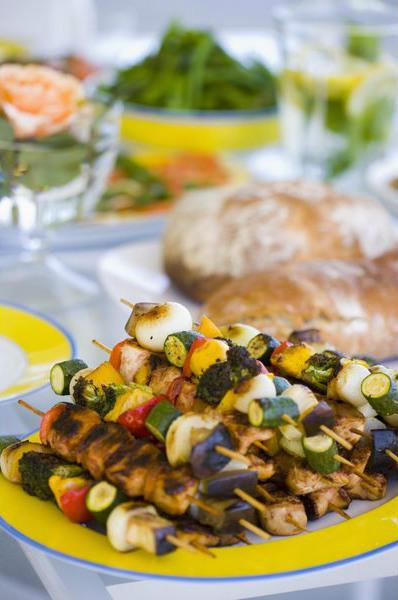 шашлык в яркой тарелке на столе на открытом воздухе