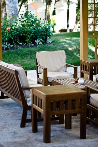 дачная деревянная мебель на открытой террасе или патио