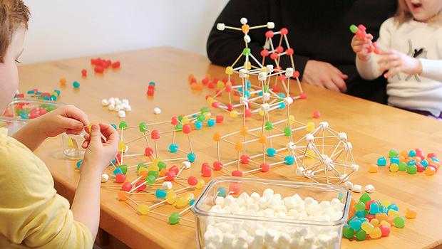 дети ребенок цветные мармеладки и зефиринки на зубочистках строим 3D конструкции обучение игрушки математика