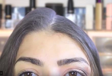Если ваши волосы у корней вообще никак не держат объем или просто испачкались, можно использовать белую пудру (для лица) в качестве сухого шампуня