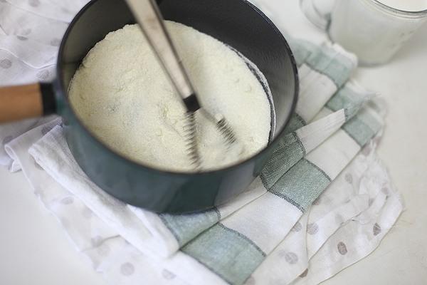 Смешайте сахар и сухое молоко в миске среднего размера