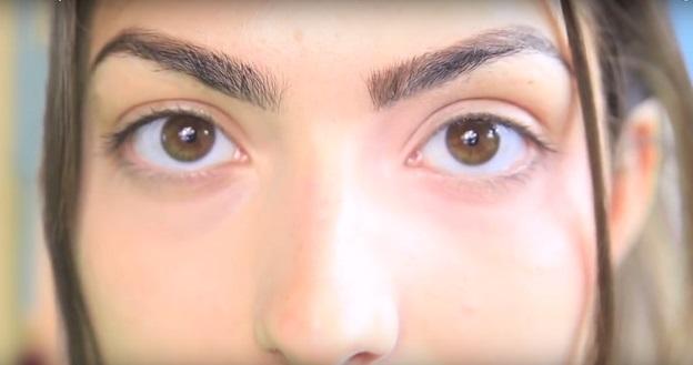 Справа глаз с красной помадой, слева - тональный крем наносили на кожу с обычным консилером