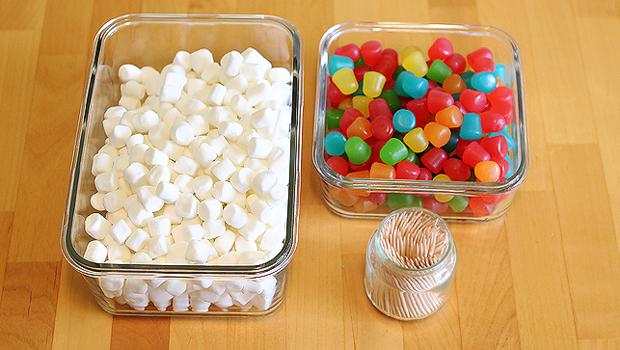 Запаситесь большим количеством малых цветных мармеладок, зефира и зубочисток
