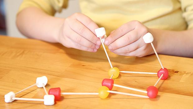 дети ребенок цветные мармеладки и зефиринки на зубочистках строим 3D конструкции