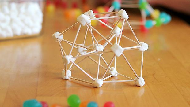 дети ребенок цветные мармеладки и зефиринки на зубочистках строим 3D конструкции геометрия обучение