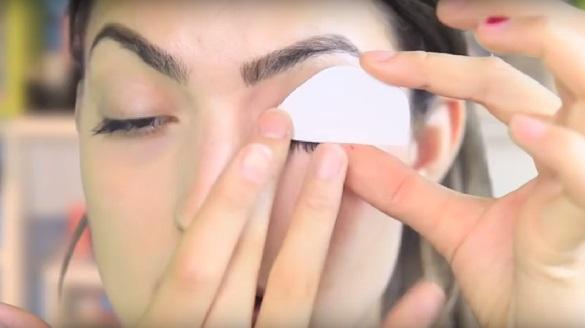 Сразу просто прикладываем кусок пеноматериала с тенями к глазу и прижимаем