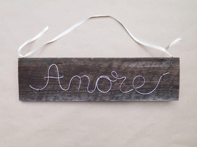для надписи «Amore» вам понадобится одно отверстие под средней вертикальной палочкой в букве «m» и еще одно вверху около этой же палочки, чтобы продолжить выкладывать третью палочку