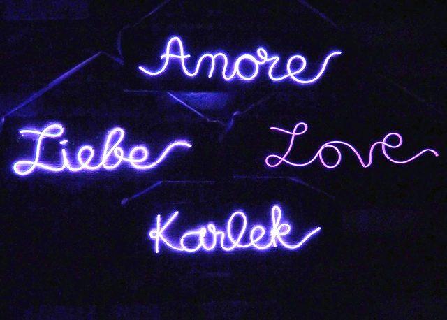 Вот так выглядят зажженные/включенные надписи в темноте