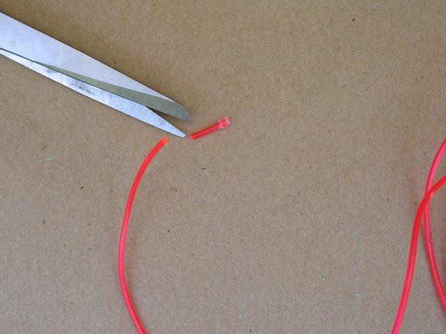 EL-провод обычно поставляется с пластиковым колпачком на конце. Срезаем этот колпачок.