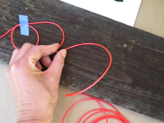 Чтобы сформировать угол, аккуратно сжимаем провод под углом