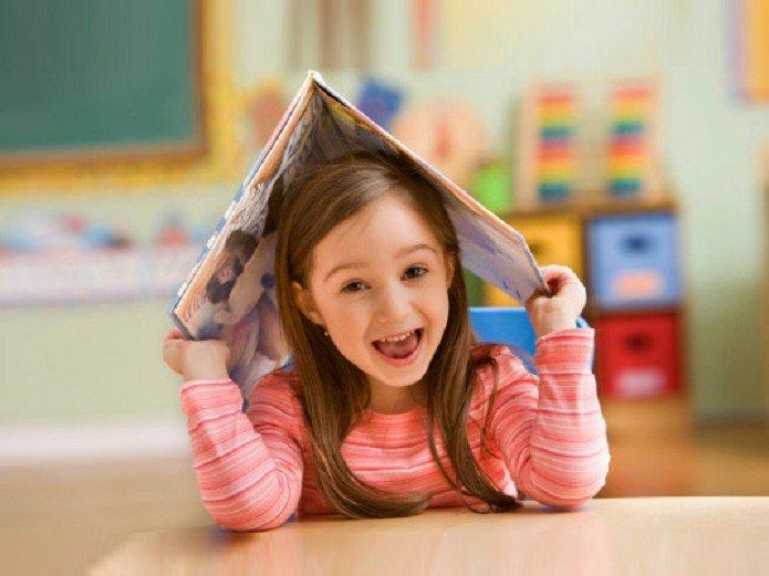 маленькая девочка с книжкой