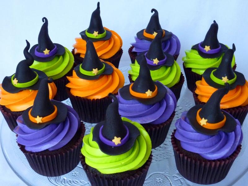 Как накрыть страшно вкусный стол на Хэллоуин: декорируем кексы – шляпы ведьм из мастики