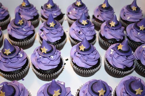 Как накрыть страшно вкусный стол на Хэллоуин: декорируем кексы – шляпы волшебников из мастики