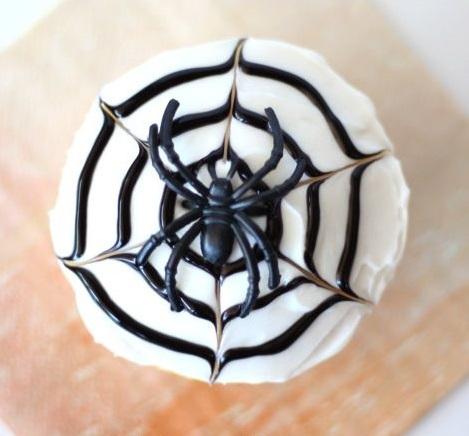 Как накрыть страшно вкусный стол на Хэллоуин: декорируем кексы – рисуем жидким шоколадом сразу по кексу