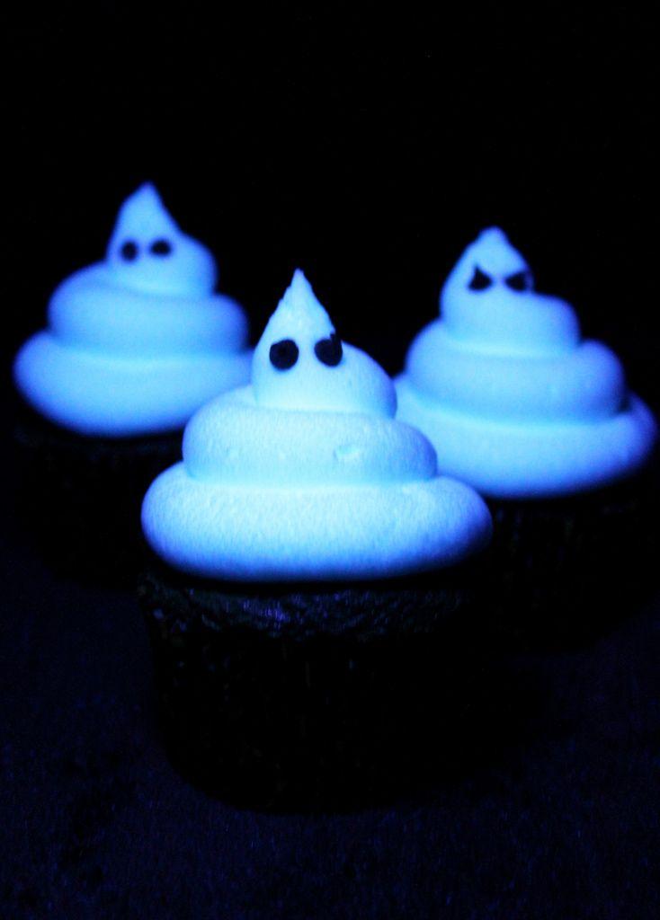 Как накрыть страшно вкусный стол на Хэллоуин: декорируем кексы – светящееся кремовое привидение на кексе