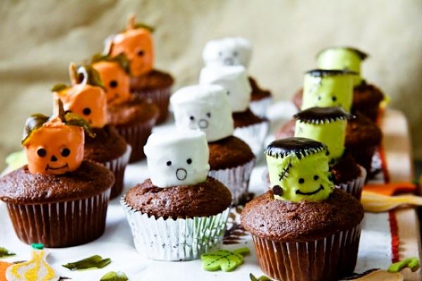 Как накрыть страшно вкусный стол на Хэллоуин: декорируем кексы – привидения, тыквы и зомби или франкенштейны из зефира, маршмеллоу