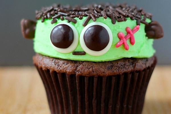 Как накрыть страшно вкусный стол на Хэллоуин: декорируем кексы – большой зомби или монстр Франкенштейна