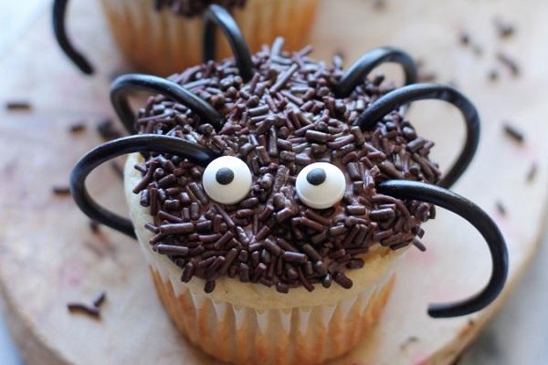 Как накрыть страшно вкусный стол на Хэллоуин: декорируем кексы – большой паук с обсыпкой