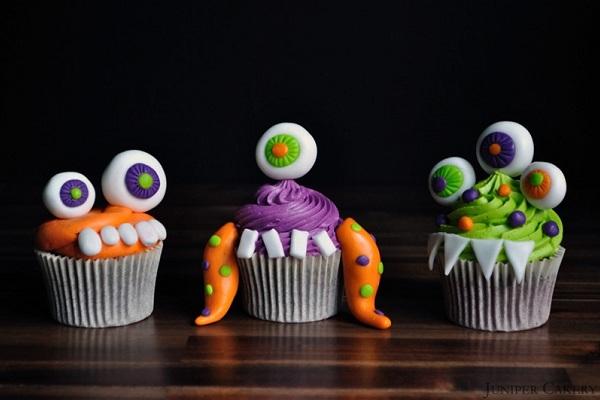 Как накрыть страшно вкусный стол на Хэллоуин: декорируем кексы – смешные монстрики из кулинарной мастики
