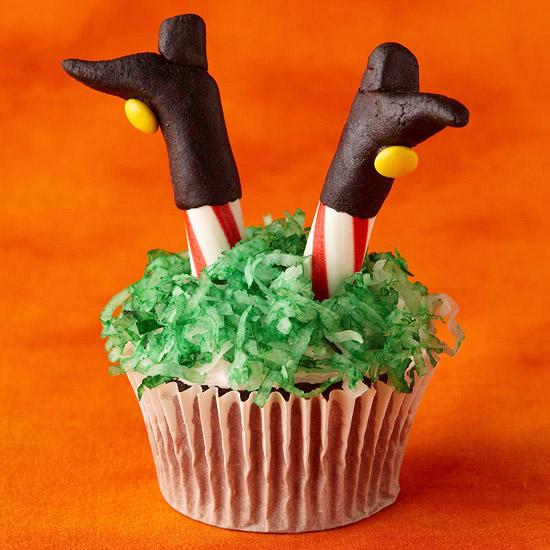 Как накрыть страшно вкусный стол на Хэллоуин: декорируем кексы/маффины/капкейки – ведьма, упавшая в свой котел, торчашие из крема ноги