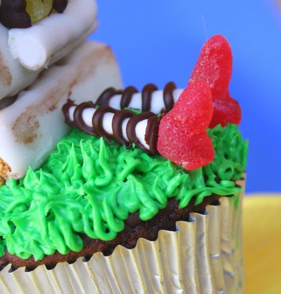 Как накрыть страшно вкусный стол на Хэллоуин: декорируем кексы/маффины/капкейки – ведьма, упавшая в свой котел, торчашие из крема ноги, туфли из мармелада