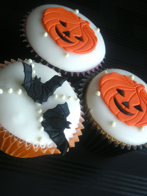 Как накрыть страшно вкусный стол на Хэллоуин: декорируем кексы/маффины/капкейки – самые разные тыквы - плоские из мастики