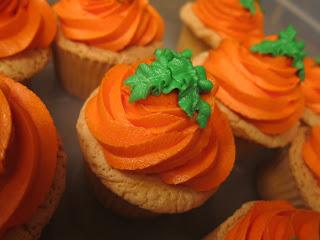 Как накрыть страшно вкусный стол на Хэллоуин: декорируем кексы/маффины/капкейки – самые разные тыквы - из крема