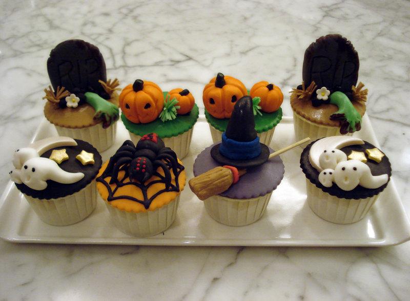 Как накрыть страшно вкусный стол на Хэллоуин: декорируем кексы/маффины/капкейки – объемные фигурки тыкв, привидений, надгробий, пауков и ведьминых шляп из кулинарной мастики