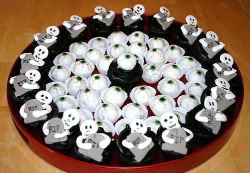 Как накрыть страшно вкусный стол на Хэллоуин: декорируем кексы/маффины/капкейки – огромные глаза и скелеты, обнимающие надгробия