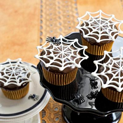 Как накрыть страшно вкусный стол на Хэллоуин: декорируем кексы – плоская шоколадная паутинка в креме