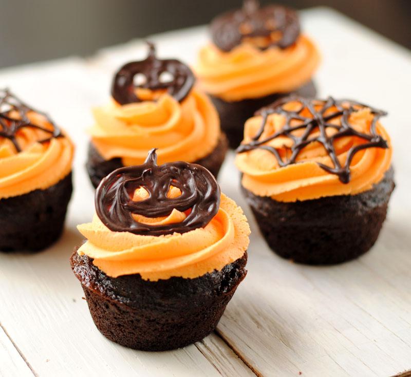 Как накрыть страшно вкусный стол на Хэллоуин: декорируем кексы – плоские шоколадные фигурки в креме