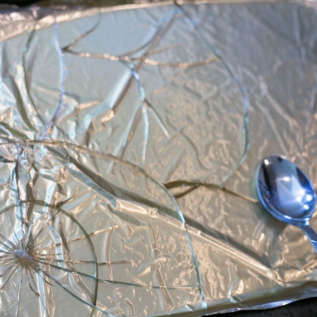 Ложкой разбиваем застывший прозрачный слой «стекла», выбираем нужные кусочки-осколки, аккуратно отделяем бумагу