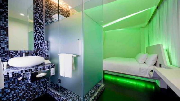 Самые необычные отели мира: номера с космической тематикой в отеле «Уандерласт» (Wanderlust Hotel), Сингапур, подсветка в спальне