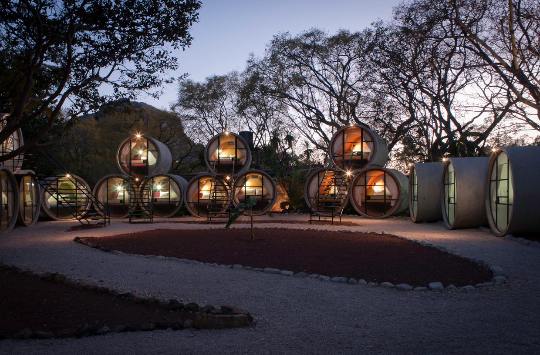 Самые необычные отели мира: «Отель в трубах» (Tubohotel), Мексика - в бетонных сточных трубах, вечер