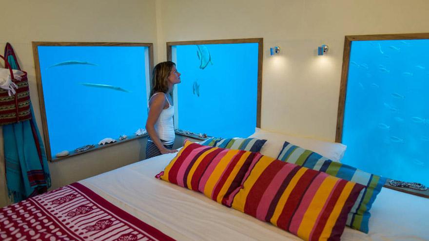 Плавающий двухэтажный отель-коттедж с подводным этажом, Занзибар, вид наружу из подводной комнаты-спальни