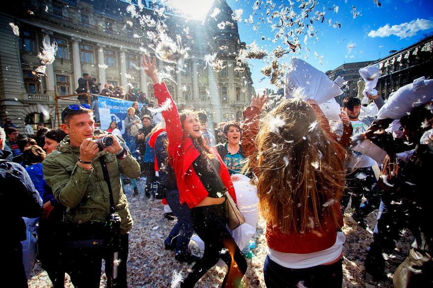 Интернациональный день битвы подушками, проходит 04.04 в Бухаресте, Румыния