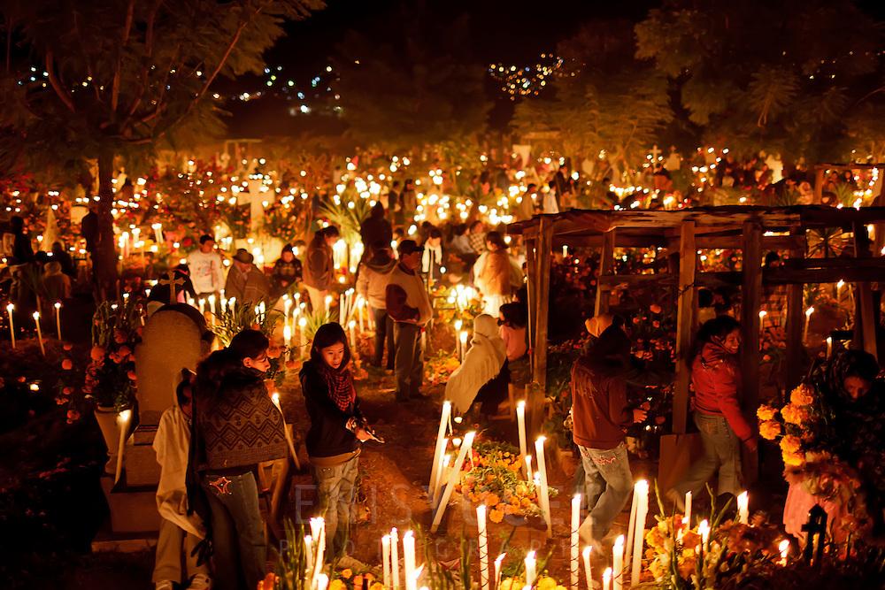 мексиканский фестиваль «День мертвых» - ночью на украшенном кладбище