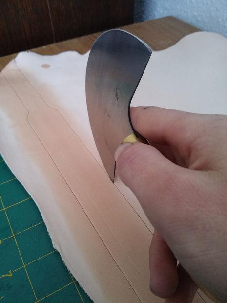 Удовлетворены разметкой на коже – вырезаем заготовку острым ножом