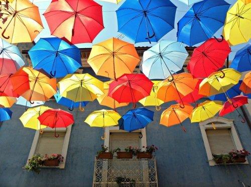 Фестиваль искусств «Ágitagueda» в Португалии - яркие зонты над улицами