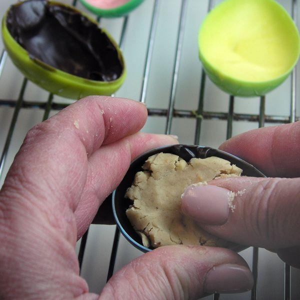 закладываем начинку в яйца, половинки