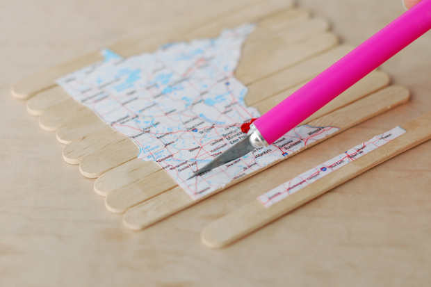 разрежьте канцелярским ножом карту на стыках между палочками