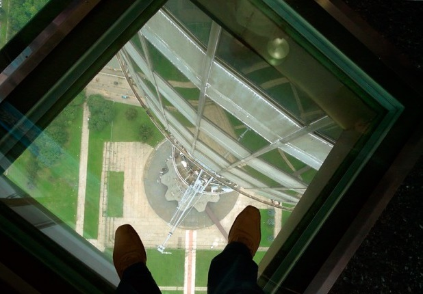 Самые страшные смотровые площадки мира: прозрачный пол, Останкинская башня, Москва