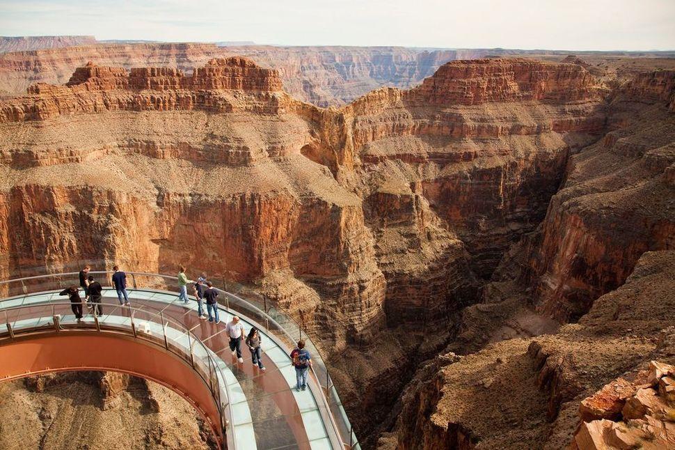 Самые страшные смотровые площадки мира: «Небесная дорога» в Гранд Каньон