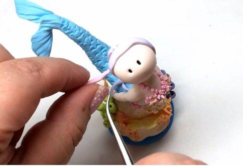покройте голову относительно тонким слоем глины бледно-фиолетового, например, цвета, чтобы полностью скрыть молочно-белый цвет головы