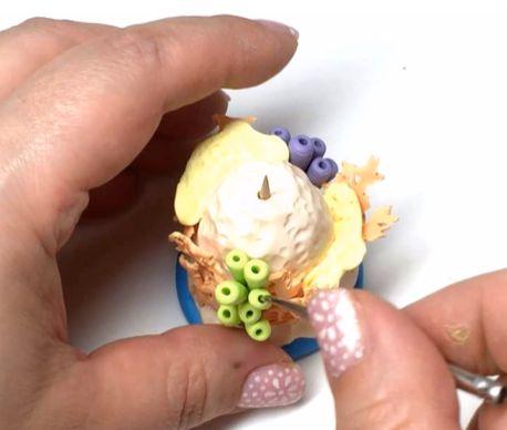 формируете из кусков колбасок «букет» с самой длинной деталью в центре, далее вокруг первой (или полукругом) чуть покороче и третьим рядом опять вокруг/полукругом еще короче. После кончиком зубочистки или заостренным тонким металлическим инструментом проделываете сверху ровно по центру в трубочках глубокие ровные проколы.