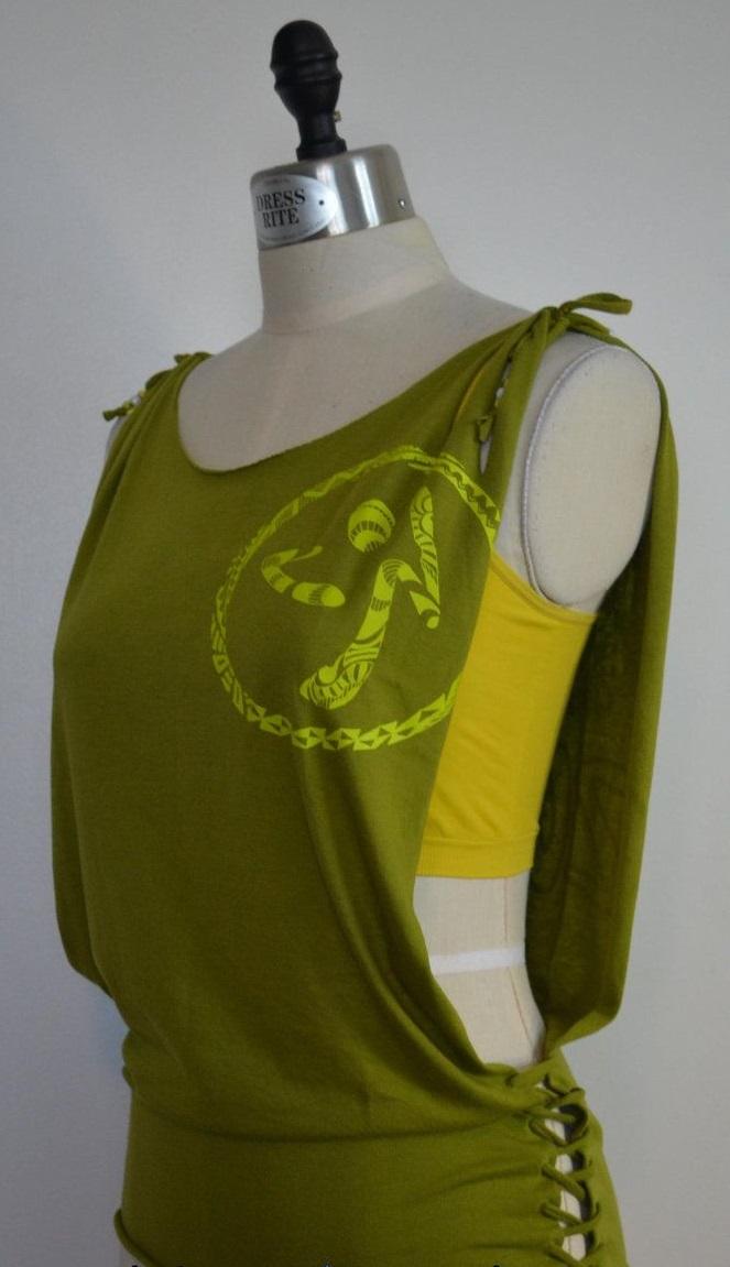 креативная переделка футболок: пляжный вариант, открытый с боков со шнуровкой
