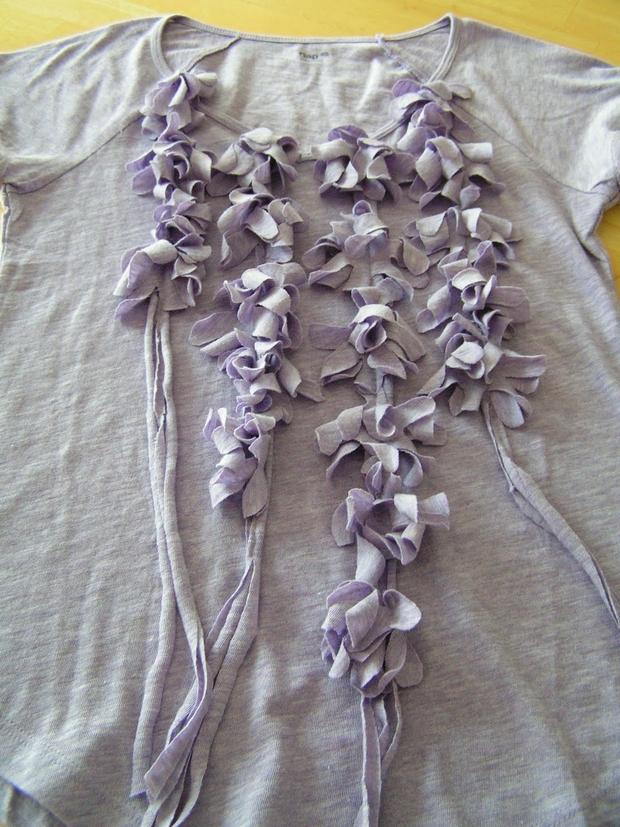 сделать скучную футболку креативной: украшение спереди китайскими/индийскими игрляндами из цветов