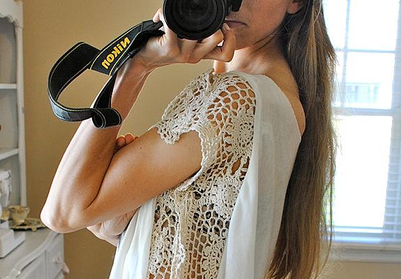 сделать скучную футболку креативной: кружево вшито сбоку вместо рукава